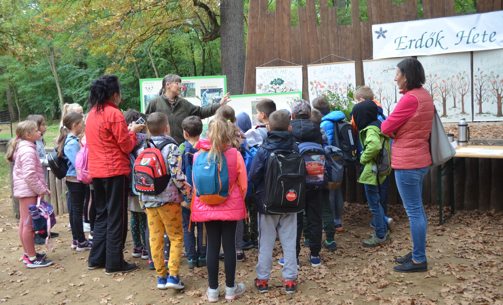 Gyerekek százai fedezték fel a nyíregyházi erdőt - Az Év fáját is elültették az Erdők Hetén