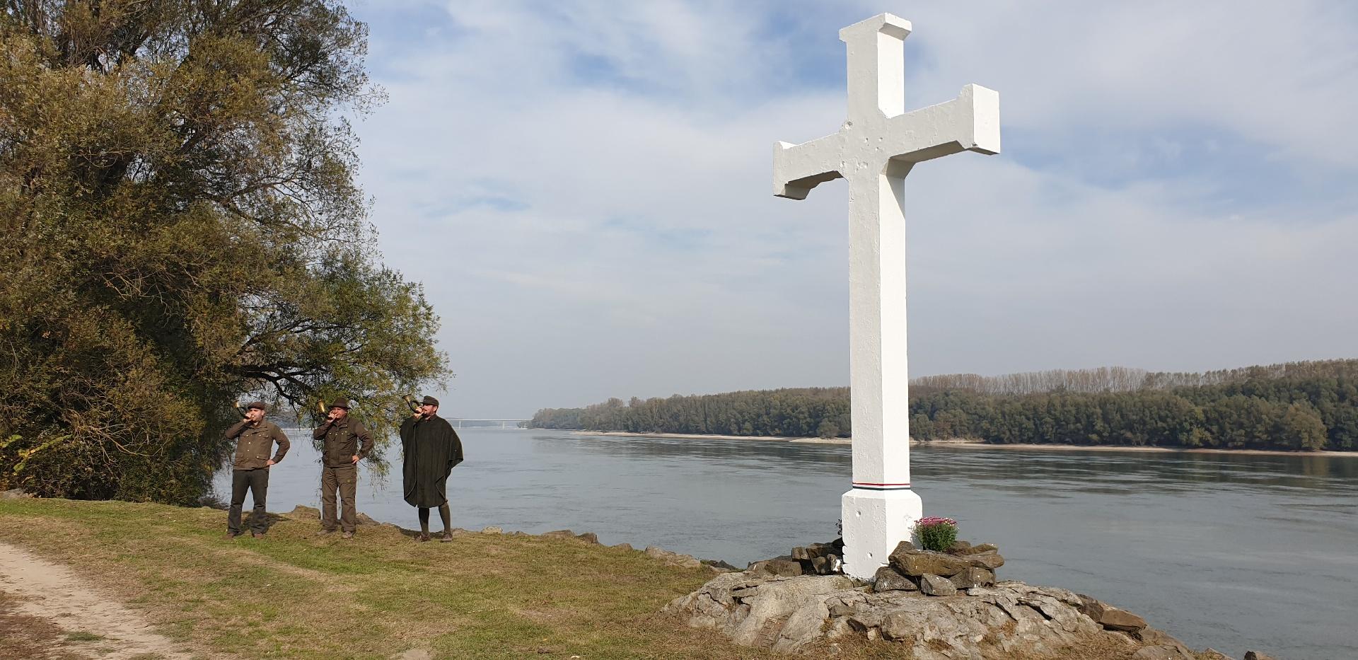 A gemenci erdőket szolgált elhunyt erdész kollégákra emlékeztek a Duna partján - képgaléria!