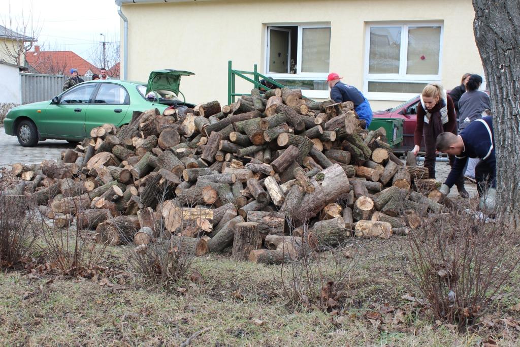 Ismét ételt és fát oszt a Veszprémi Erdőgazdaság Zrt.