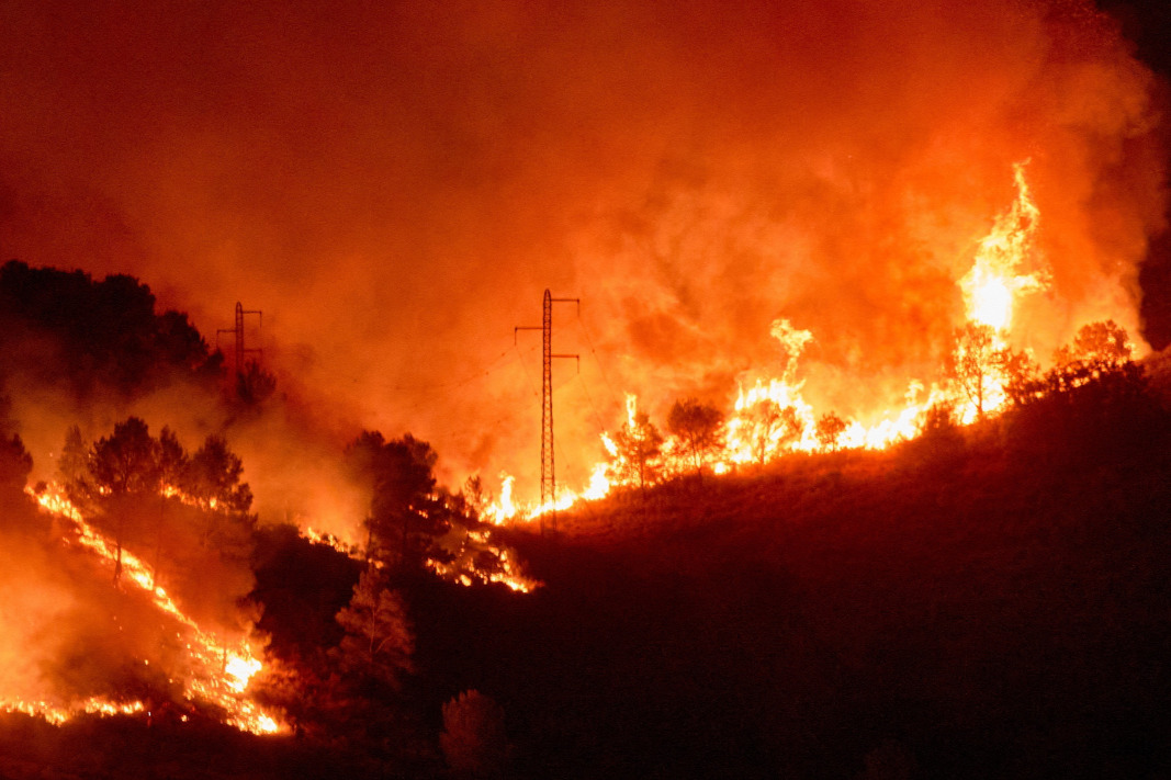 Súlyos erdőtűz pusztít az északkelet-spanyolországi Katalóniában