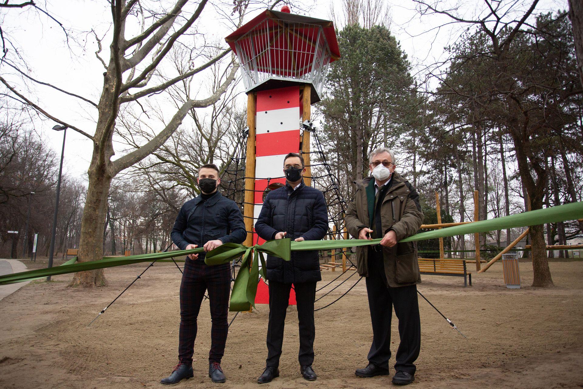 Új játszóeszközöket telepített a Nyírerdő Zrt. a debreceni Békás-tó melletti játszótérre