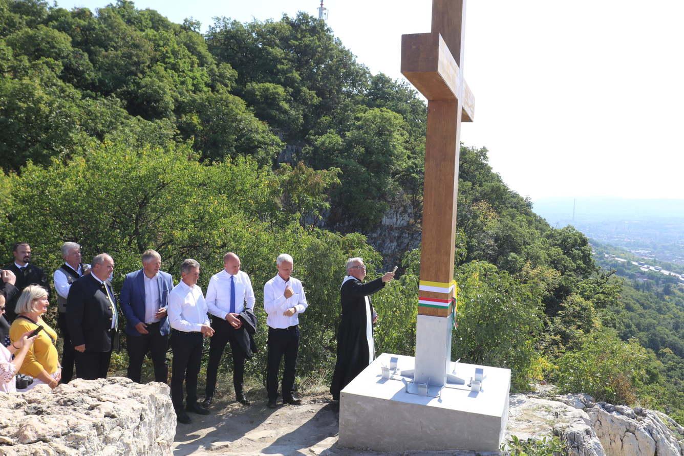 Emlékkeresztet állítottak a tatabányai Turul emlékműnél - Vérteserdő Zrt.